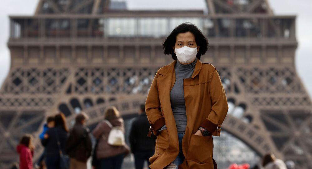 Una turista con mascarilla en París (Francia)