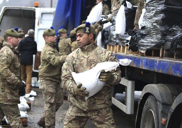 Los solados británicos se preparan para las disrupciones que podrán ser causados por la tormenta Dennis