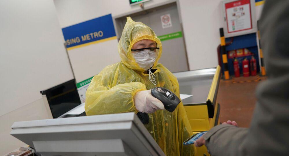Un trabajador escanea el teléfono móvil de un cliente para el pago en un supermercado en Pekín