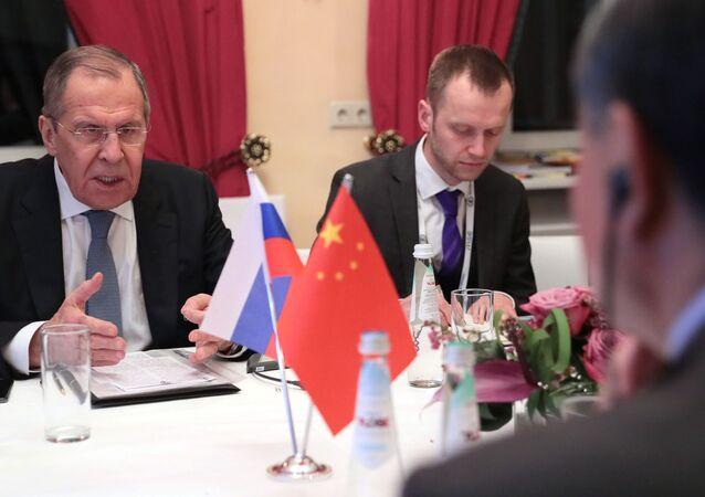 El ministro de Exteriores ruso, Serguéi Lavrov, y su homólogo chino, Wang Yi