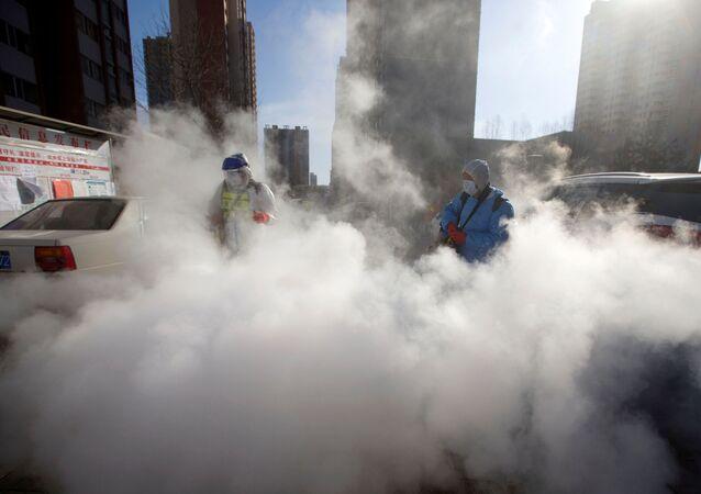 Trabajadores en China desinfectan las calles