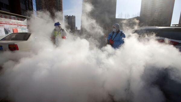 Trabajadores en China desinfectan las calles - Sputnik Mundo