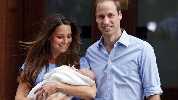 Kate Middleton y su esposo, el príncipe William, posan con su primero hijo, George, a la salida del hospital St Mary's (2013) - Sputnik Mundo
