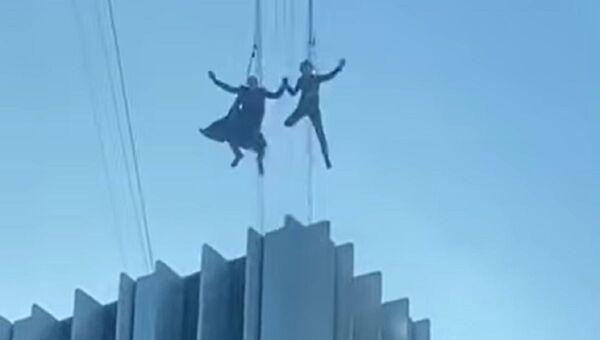 Neo y Trinity saltan desde un rascacielos: se filtra un vídeo del rodaje de 'Matrix 4' - Sputnik Mundo