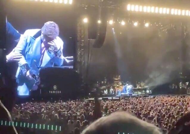 Elton John rompe en llanto durante concierto en Nueva Zelanda