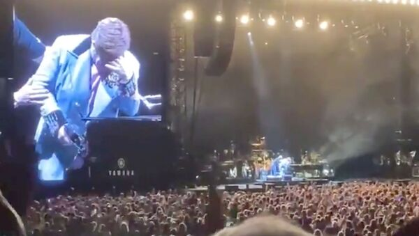 Elton John rompe en llanto durante concierto en Nueva Zelanda - Sputnik Mundo