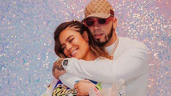 La cantante colombiana Karol G celebra su cumpleaños al lado de su novio, el reguetonero puertorriqueño Anuel AA - Sputnik Mundo