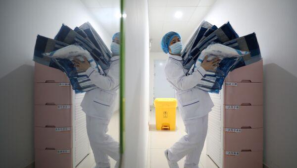 Una médica con una mascarilla debido al nuevo coronavirus - Sputnik Mundo