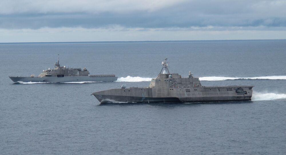 Los buques de combate litorales USS Freedom y USS Independence, los primeros de su clase, maniobran juntos durante un ejercicio en la costa del sur de California.