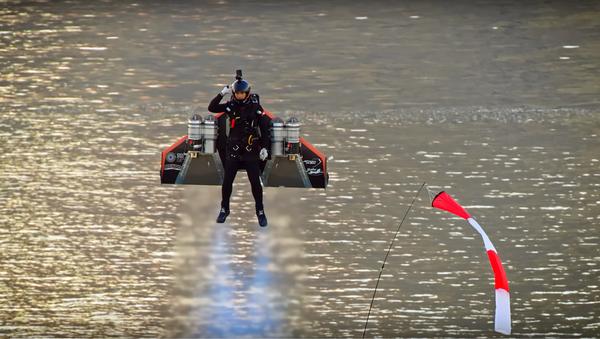 Un temerario vuelo con mochila propulsora alcanza una impresionante altitud - Sputnik Mundo