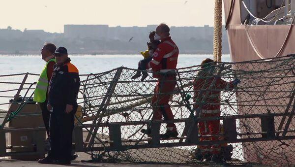 Migrantes rescatados en el barco Ocean Viking - Sputnik Mundo