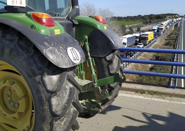 Agricultores españoles cortan el tráfico en la provincia de Cáceres
