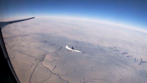 Así surcan los cielos rusos los 'cisnes blancos' de las Fuerzas Armadas - Sputnik Mundo