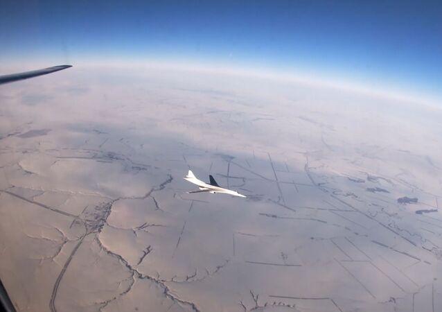 Así surcan los cielos rusos los 'cisnes blancos' de las Fuerzas Armadas