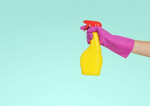 Una persona sostiene una botella de un producto de limpieza