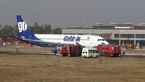 El avión incendiado de la compañía GoAir en Ahmedabad, La India - Sputnik Mundo