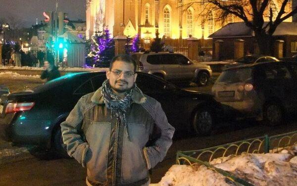 Mark Klein frente a la catedral católica en Moscú - Sputnik Mundo