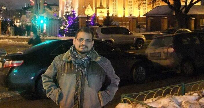 Mark Klein frente a la catedral católica en Moscú