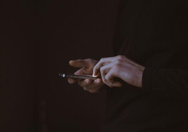 Una persona sostiene un teléfono en sus manos