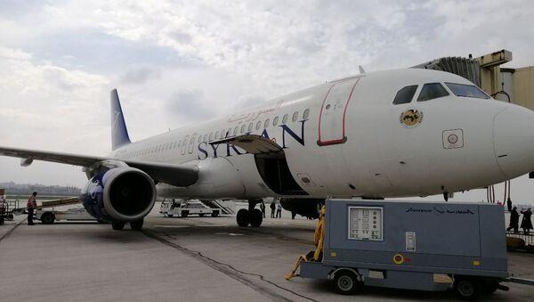 Aterrizaje en el aeropuerto internacional de Alepo del primer avión que realizó el vuelo Damasco-Alepo - Sputnik Mundo
