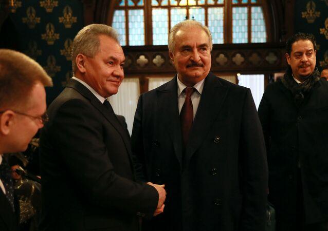 El ministro de Defensa ruso, Serguéi Shoigú, y el comandante del Ejército Nacional de Libia, Jalifa Haftar (archivo)