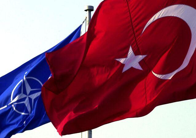 Banderas de la OTAN y de Turquía