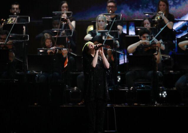 La cantante Billie Eilish interpreta la canción 'No Time to Die' durante la ceremonia de entrega de los premios Brit 2020