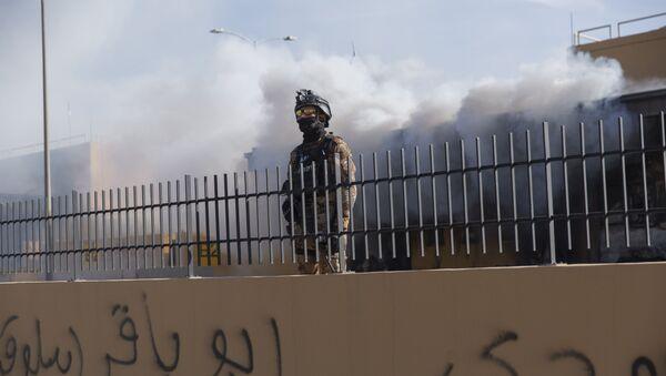 Un militar iraquí cerca de la Embajada de EEUU - Sputnik Mundo