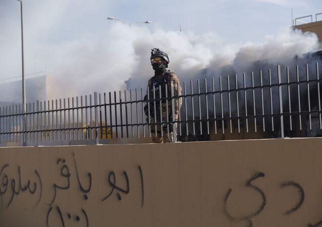 Un militar iraquí cerca de la Embajada de EEUU