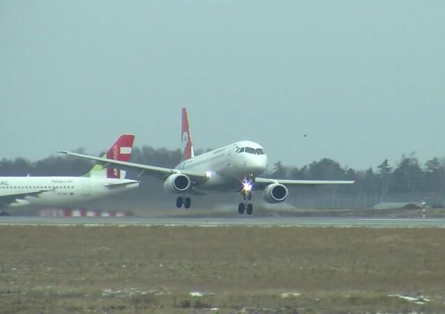 Aterrizaje extremo de un avión de pasajeros en una tormenta