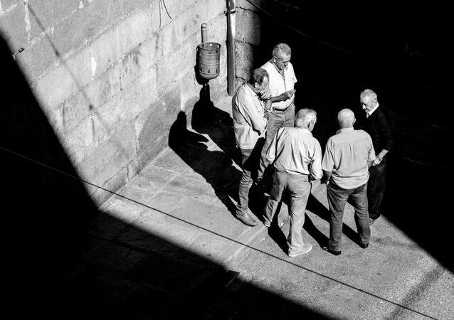 Grupo de ancianos discute en un corrillo