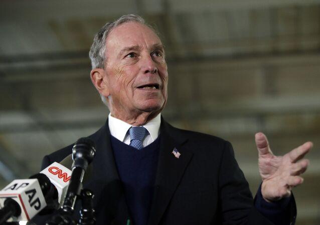 El potencial candidato presidencial demócrata Michael Bloomberg habla con los medios de comunicación