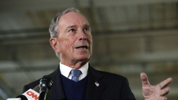 El potencial candidato presidencial demócrata Michael Bloomberg habla con los medios de comunicación - Sputnik Mundo