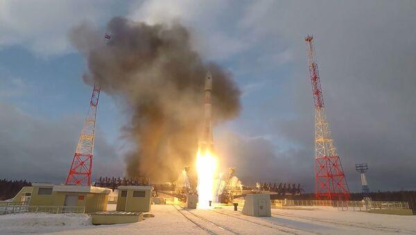 El cohete Soyuz con satélite militar Meridián-M despega desde el cosmódromo de Plesetsk - Sputnik Mundo