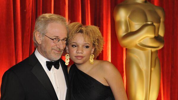 Steven Spielberg y su hija Mikaela Spielberg - Sputnik Mundo