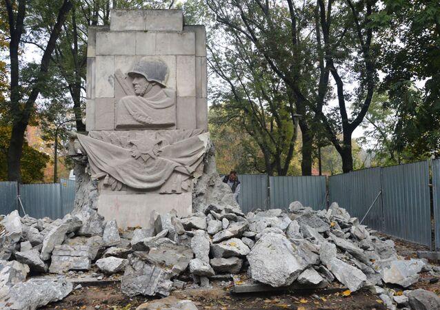 Demolición del monumento de gratitud a los soldados del Ejército Rojo que cayeron durante la Gran Guerra Patria en Varsovia
