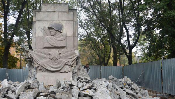 Demolición del monumento de gratitud a los soldados del Ejército Rojo que cayeron durante la Gran Guerra Patria en Varsovia - Sputnik Mundo