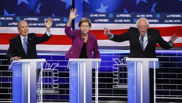 De izquierda a derecha, los candidatos presidenciales demócratas, Mike Bloomberg, Elizabeth Warren, Bernie Sanders - Sputnik Mundo