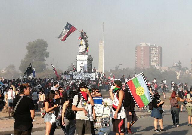Manifestantes en la Plaza de la Dignidad, Santiago de Chile
