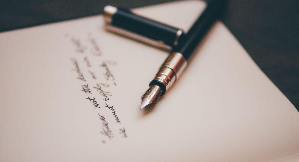 Una pluma y una hoja de papel