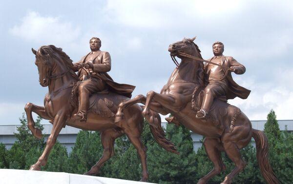 Estatua de Kim Il-sung y Kim Jong-il montando a caballo - Sputnik Mundo