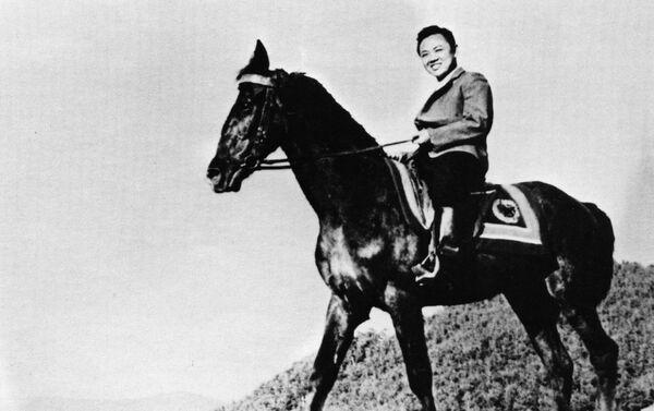 Una foto de Kim Jong-il montando a caballo - Sputnik Mundo