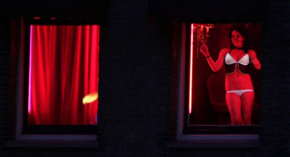 Trabajadora sexual en el barrio rojo de Ámsterdam (Países Bajos)