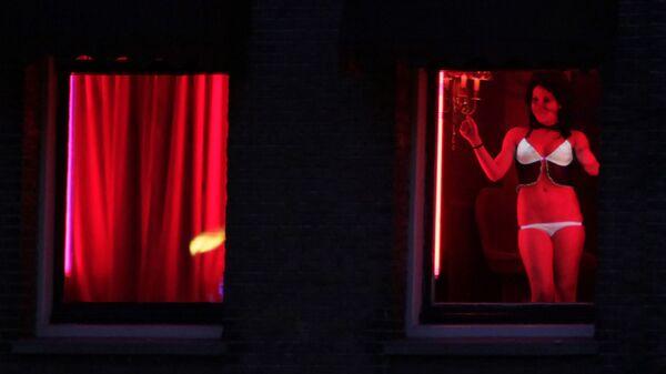 Trabajadora sexual en el barrio rojo de Ámsterdam (Países Bajos) - Sputnik Mundo