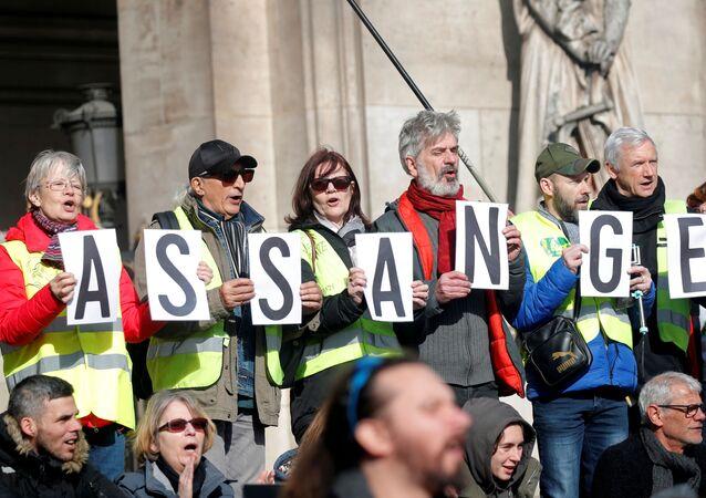Manifestantes sostienen las letras del apellido de Julian Assange (archivo)