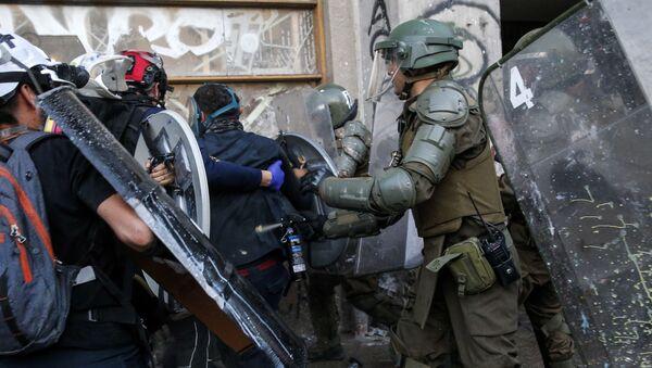 Carabineros durante una protesta en Santiago, Chile - Sputnik Mundo