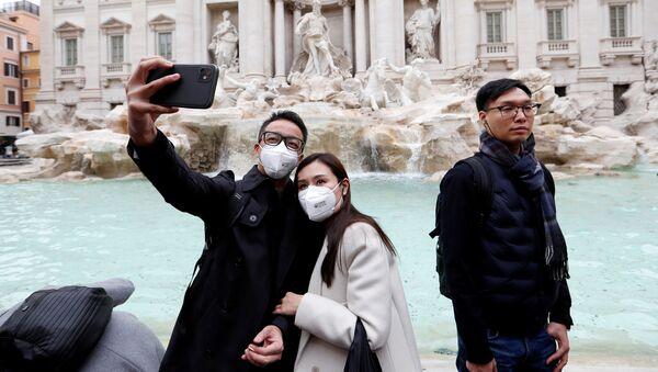 Turistas con tapabocas sacan un selfie en Roma, Italia - Sputnik Mundo