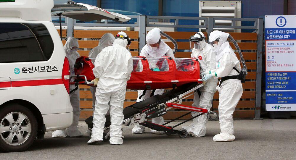 Médicos en Corea del Sur atienden a una persona contagiada con el coronavirus