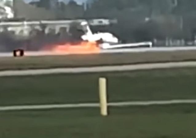Una avioneta en llamas aterriza de panza en un aeropuerto de EEUU