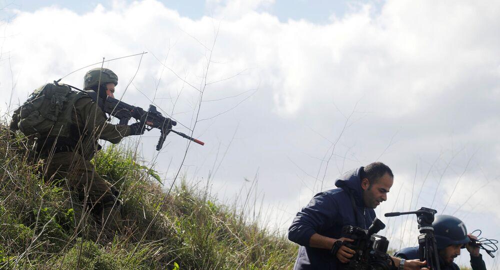 Un soldado israelí apuntando un fusil